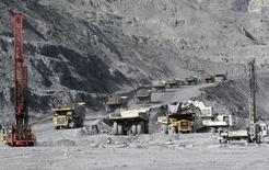 Карьерные самосвалы на месторождении Кумтор в Киргизии, 31 мая 2011 года. Киргизия, грозившая Centerra Gold национализацией крупнейшего в стране золотого рудника, заявила во вторник о выходе из переговорного процесса о реализации соглашения об условиях реструктуризации проекта Кумтор, хочет инициировать новый, который бы увеличил финансовые потоки для страны. REUTERS/Vladimir Pirogov