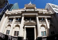 El Banco Central argentino en Buenos Aires, oct 31, 2011. El Banco Central de Argentina informó el martes que acordó con su par de China la conversión a 3.086 millones de dólares de una parte de los yuanes que la entidad había recibido como parte de un canje de monedas entre los dos países.  REUTERS/Enrique Marcarian