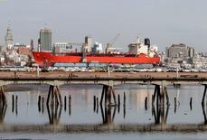 Imagen de archivo de un barco anclado en la bahía de Montevideo, ago 10, 2011. Analistas uruguayos anticipan que los precios minoristas cerrarán el año con un alza de un 9,6 por ciento, frente al 9,5 por ciento que preveían en noviembre, y que la economía crecerá un 1,4 por ciento, según una encuesta del banco central.       REUTERS/Andres Stapff