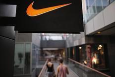 Nike, numéro un mondial des articles de sport, annonce une hausse de 4,1% de son chiffre d'affaires trimestriel, porté par une demande en hausse aux Etats-Unis. /Photo d'archives/REUTERS/Petar Kujundzic