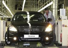 Автомобиль Nissan Teana на заводе в Санкт-Петербурге. 2 июня 2009 года. Японский автопроизводитель Nissan Motor отзывает 1.047 автомобилей Nissan Teana из-за возможности утечки топлива в случае аварии, говорится в сообщении Росстандарта. REUTERS/Alexander Demianchuk