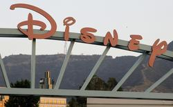El logo de Disney en la entrada principal de la compañía en Burbank, California, 7 de mayo de 2012. Walt Disney Co está en negociaciones para vender su participación en la red digital y de cable Fusion al socio Univision Communications Inc, reportó el diario Wall Street Journal. REUTERS/Fred Prouser