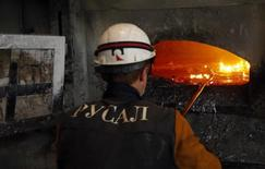 Un empleado trabaja en la fundidora de aluminio Rusal Krasnoyarsk, en la ciudad de Krasnoyark, Siberia, 8 de julio de 2014.     El aluminio tocó máximos en más de tres semanas el miércoles, al tiempo que otros metales industriales como el cobre y el zinc también subían ante un mayor optimismo sobre la demanda en el mayor consumidor China y mientras inversores ordenaban sus carteras en torno a fin de año. REUTERS/Ilya Naymushin