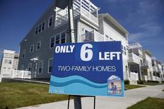 Un anuncio de casas a la venta afuera de una comunidad en Nueva York, 16 de septiembre de 2015. Las ventas de casas unifamiliares nuevas en Estados Unidos aumentaron en noviembre menos de lo esperado y el incremento del mes anterior fue revisado a la baja, lo que sugiere una pérdida de impulso en el mercado inmobiliario. REUTERS/Shannon Stapleton