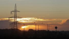 Unas líneas de alta tensión junto a una carretera en Puchuncaví, Chile, sep 5, 2014. La petrolera estatal chilena ENAP dijo el miércoles que suscribió un acuerdo marco con la japonesa Mitsui para el desarrollo de dos proyectos de generación eléctrica en el país, los que demandarán una inversión inicial de 1.300 millones de dólares.   REUTERS/Eliseo Fernandez