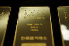 Una barra de oro de un kilo de peso almacenada en Seúl, jul 31, 2015. Los precios del oro subieron el jueves, recuperando parte del terreno cedido en dos días de pérdidas, y la plata alcanzó un máximo de tres semanas por la debilidad del dólar antes del receso por la Navidad, mientras que una ligera recuperación del mercado del petróleo dio apoyo a los metales.    REUTERS/Kim Hong-Ji