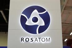 Логотип Росатома на World Nuclear Exhibition в Ле-Бурже 14 октября 2014 года. Комиссия по атомной энергетике Бангладеш подписала договор с Россией о строительстве двух АЭС, мощностью 1.200 мегаватт каждая, с общей суммой инвестиций $12,65 миллиарда, сообщил представитель властей южноазиатской страны. REUTERS/Benoit Tessier
