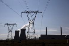 Centrale d'Arnot Power, dans la province de Mpumalanga. Le gouvernement sud-africain a donné le coup d'envoi d'un processus qui pourrait conduire à une augmentation de 9.600 mégawatts de sa capacité de production d'électricité d'origine nucléaire. La première étape de ce processus consistera en un appel à propositions ouvert au secteur nucléaire. /Photo d'archives/REUTERS/Siphiwe Sibeko