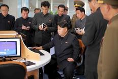Лидер КНДР Ким Чен Ын обучает подчиненных в научно-технологическом центре. Фото без указания даты съемы опубликовано госинформагентством Северной Кореи ЦТАК 28 октября 2015 года. Национальная компьютерная операционная система Северной Кореи отражает политическую систему государства, считают два немецких компьютерных специалиста, изучившие программный код. Это проявляется в изоляционизме, высокой степени паранойи и агрессивной слежке за пользователями.