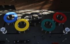 Estrutura com o símbolo olímpico vista em Tóquio.    01/10/2014     REUTERS/Yuya Shino