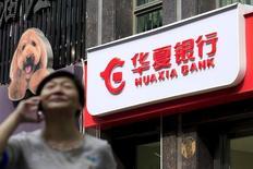 Deutsche Bank a annoncé lundi la vente de sa participation de 20% dans la banque chinoise Hua Xia Bank à l'assureur PICC Property and Casualty Co pour un montant allant jusqu'à 3,7 milliards d'euros, dans le cadre de la refonte stratégique du groupe. /Photo prise le 9 octobre 2015/REUTERS/Aly Song