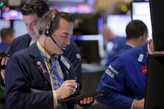 Operadores trabajando en la bolsa de Wall Street, dic 28, 2015. Wall Street comenzó la última semana de operaciones del año en números rojos, arrastrado por las acciones de las firmas de energía, luego de que los precios del petróleo reanudaron su tendencia a la baja provocada por una sobreoferta a nivel mundial.  REUTERS/Lucas Jackson