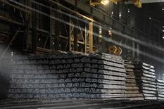 Unas barras de acero en una fábrica en Concepción, Chile, dic 5, 2014. La producción manufacturera en Chile se habría contraído un 0,4 por ciento interanual en noviembre, golpeada por una actividad económica débil y pese al efecto positivo de un mayor número de días trabajados en el mes, mostró el lunes un sondeo de Reuters.  REUTERS/Jose Luis Saavedra