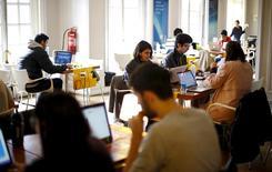 """Participantes del programa """"Start Up Chile"""" trabajan en su sede en Santiago, 10 de agosto de 2015. La tasa de desempleo en Chile habría bajado a un 6,2 por ciento en el trimestre móvil septiembre-noviembre, en otra señal de resiliencia del mercado laboral ante la persistente debilidad de la actividad económica, reveló el martes un sondeo de Reuters. REUTERS/Ivan Alvarado"""