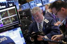 Трейдеры на фондовой бирже в Нью-Йорке. 28 декабря 2015 года. Американские фондовые индексы укрепились во вторник, так как небольшая стабилизация цен на нефть способствовала подъёму акций энергетического сектора.  REUTERS/Lucas Jackson