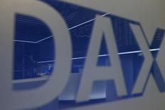 El logo del DAX en la bolsa alemana de comercio en Fráncfort, dic 17, 2015. Los mercados bursátiles europeos cerraron con avances el martes, ayudados por las alzas de las acciones de bancos, aunque la debilidad del sector minero limitó la subida de la bolsa de Londres.   REUTERS/Ralph Orlowski