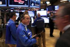 Трейдеры на фондовой бирже в Нью-Йорке. 29 декабря 2015 года. Американские акции резко подорожали во вторник, позволив индексу S&P 500 подойти к завершению года со скромным ростом, Amazon и Apple помогли повышению бумаг технологического сектора. REUTERS/Lucas Jackson