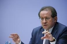 El vicepresidente del Banco Central Europeo (BCE) dijo que preferiría que el banco mantuviera sin cambios su política monetaria para el futuro próximo, en unas declaraciones que sugieren improbable por el momento cualquier extensión de las medidas no convencionales. En la imagen, el vicepresidente del Banco Central Europeo, Vitor Constancio, habla durante una rueda de prensa en la sede del BCE en Fráncfort, el 3 de diciembre de 2015.   REUTERS/Ralph Orlowski