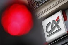 Le Crédit agricole a indiqué jeudi que sa filiale suisse s'était acquittée d'une amende de 99,21 millions de dollars (environ 91 millions d'euros) dans le cadre de l'accord conclu à la mi-décembre avec le département américain de la Justice. /Photo d'archives/REUTERS/Stéphane Mahé