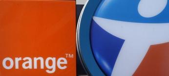 El grupo francés de telecomunicaciones controlado por el Estado Orange firmó un acuerdo de confidencialidad con el conglomerado Bouygues con miras a comprar de su división de telecomunicaciones por 10.000 millones de euros (10.860 millones de dólares) en efectivo y acciones, publicó el domingo un diario francés. En la imagen de archivo se aprecian los logos del operador francés de telecomunicaciones Bouygues Telecom y Orange en tiendas de móviles en Marsella, Francia, en una foto tomada el 15 de febrero de 2015.  REUTERS/Jean-Paul Pelissier