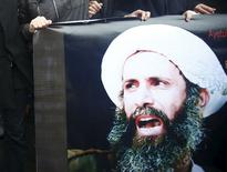 """Portrait dimanche à Istanbul du cheikh Nimr al Nimr, un haut dignitaire de la minorité chiite, exécuté avec 46 autres condamnés en Arabie saoudite. La France a dit """"déplorer profondément"""" ces exécutions et """"a appelé les responsables de la région à tout faire pour éviter l'exacerbation des tensions sectaires et religieuses"""". /Photo prise le 3 janvier 2016/REUTERS"""