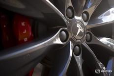 Tesla Motors, qui a livré 17.400 véhicules au quatrième trimestre, conformément aux attentes, et 50.580 sur l'ensemble de l'année 2015, à suivre lundi sur les marchés américains. /Photo d'archives/REUTERS/Beck Diefenbach