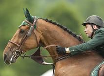 Cavaleiro Cian O'Connor da Irlanda durante evento na Suíça.  06/06/2010     REUTERS/Miro Kuzmanovic