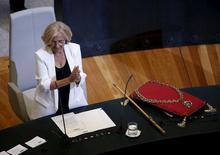La agencia de calificación crediticia Standard & Poor's retiró el martes el rating del Ayuntamiento de Madrid a petición del emisor. En la imagen de archivo, la alcaldesa de Madrid, Manuela Carmena, de 71 años, aplaude tras una ceremonia en el ayuntamiento de la capitad de España, el 13 de junio de 2015. REUTERS/Andrea Comas