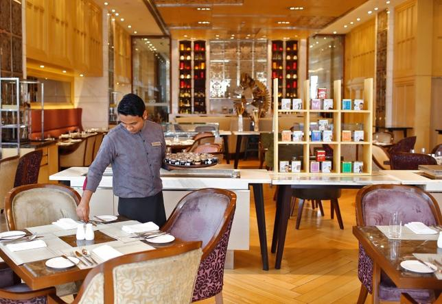 An employee sets a table inside a restaurant at the Crown Plaza hotel, run by the InterContinental Hotels Group (IHG), in New Delhi January 31, 2014. REUTERS/Anindito Mukherjee/Files