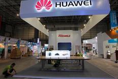 Huawei Technologies est devenu en 2015 le premier producteur chinois de smartphones à écouler plus de 100 millions d'appareils sur une année. Le groupe chinois occupe la troisième place mondiale avec 7,5% du marché des smartphones, derrière Samsung et Apple qui en détiennent respectivement 23,8% et 13,5%, selon le cabinet d'études IDC. /Photo prise le 28 octobre 2015/REUTERS/Alex Lee