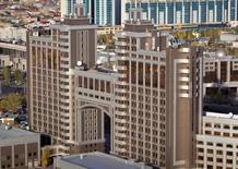 Штаб-квартира компании Казмунайгаз в Астане. 8 октября 2015 года. Правительство Казахстана одобрило приватизацию 65 крупных компаний в ключевых отраслях экономики - металлургической, нефтегазовой, телекоммуникационной, железнодорожной и авиационной - после 45-процентной девальвации тенге в прошлом году и падения цен на составляющие основу экспорта нефть и металлы, сообщило в среду министерство экономики страны. REUTERS/Shamil Zhumatov