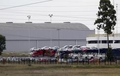 Imagen de archivo de unos vehículos en la planta manufacturera de Volkswagen en Puebla, México, sep 21, 2015. La venta de vehículos ligeros en México crecería este año entre 5.0 y 6.0 por ciento a un nuevo récord, apoyada por un aumento en los créditos para la compra de unidades y en una disminución de los autos importados, dijo el martes la principal agrupación de distribuidores.  REUTERS/Imelda Medina