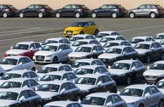 Audi a annoncé qu'il avait augmenté ses ventes dans le monde de 3,5% environ en 2015, à un nouveau record de plus de 1,8 million de véhicules, grâce à une croissance à deux chiffres aux Etats-Unis. /Photo prise le 28 septembre 2015/REUTERS/Yves Herman