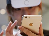 Apple a déclaré mercredi que le montant total des ventes de l'AppStore avait atteint le montant record de 1,1 milliard de dollars (un milliard d'euros) lors de la période des fêtes de fin d'année, soit la période de deux semaines close le 3 janvier. Sur l'ensemble de l'année 2015, les consommateurs ont dépensé plus de 20 milliards de dollars sur le magasin en ligne d'Apple. /Photo d'archives/REUTERS/Issei Kato