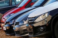 Concession Volkswagen à Londres. Les ventes de voitures en Europe occidentale ont augmenté de 8,9% l'an dernier, soutenues par une forte croissance sur les cinq plus grands marchés de la région. Les immatriculations ont atteint 13,2 millions sur l'ensemble de l'année 2015. /Photo prise le 30 septembre 2015/REUTERS/Stefan Wermuth