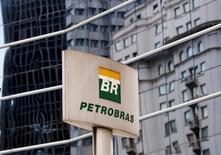 El logo de Petrobras, frente a la sede de la compañía en Sao Paulo, 23 de abril de 2015. La estatal brasileña Petrobras presentará en las próximas semanas un plan de inversión a cinco años menor a su programa de 19.000 millones de dólares anunciado en octubre, reportó el jueves el diario Estado de S. Paulo. REUTERS/Paulo Whitaker