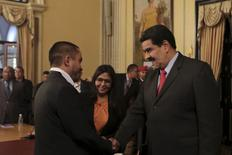 """El presidente de Venezuela, Nicolás Maduro (derecha), saluda al nuevo ministro de Economía y Productividad, Luis Salas, en una reunión en el Palacio de Miraflores en Caracas. 6 de enero de 2016. En medio de una crisis de altos precios, recesión y escasez, el presidente de Venezuela, Nicolás Maduro, nombró como principal funcionario económico, a un joven sociólogo de línea dura quien cree que la inflación """"no existe en la vida real"""". REUTERS/Palacio de Miraflores/Facilitada a través de Reuters. ATENCIÓN EDITORES - SOLO PARA USO EDITORIAL.  NO ESTÁ A LA VENTA Y NO SE PUEDE USAR EN CAMPAÑAS PUBLICITARIAS. ESTA IMAGEN HA SIDO ENTREGADA POR UN TERCERO Y SE DISTRIBUYE EXÁCTAMENTE COMO LA RECIBIÓ REUTERS COMO UN SERVICIO A SUS CLIENTES."""