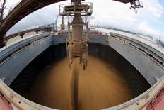 Navio chinês é carregado com soja no porto de Santos. 19 de maio de 2015. REUTERS/Paulo Whitaker