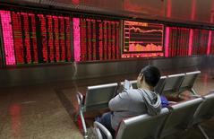 Les Bourses chinoises se sont redressées vendredi de l'ordre de 2% au terme d'une séance à nouveau volatile, ce qui ne les a pas empêchées de connaître leur plus fort repli hebdomadaire depuis le krach de l'été dernier. L'indice CSI300 des principales valeurs cotées à Shanghai et Shenzhen a gagné 2,04% à 3.361,56 points tandis que le composite de Shanghai a pris 1,98% à 3.186,41 points. /Photo prise le 8 janvier 2016/REUTERS/Jason Lee
