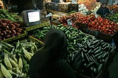 Una persona mira un partido de fútbol en un mercado en Santiago, 16 de junio de 2010. La inflación en Chile alcanzó a un 4,4 por ciento en el 2015 tras registrar sorpresivamente una variación nula en diciembre, en un año marcado por los efectos de una profunda depreciación del peso y pese a una débil demanda interna. REUTERS/Victor Ruiz Caballero