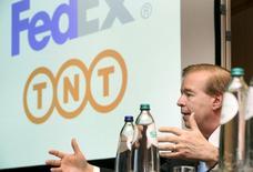 David Bronczek, CEO de FedEx Express, durante una conferencia de prensa en Amsterdam, 7 de abril de 2015. La Comisión Europea dijo el viernes que aprobó sin condiciones la compra planeada por FedEx de su rival holandesa en entregas de encomiendas TNT Express por 4.400 millones de euros (4.780 millones de dólares). REUTERS/Toussaint Kluiters/United Photos