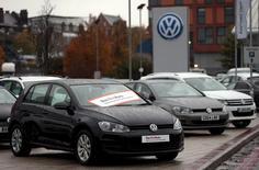 Volkswagen probablemente no se enfrentará en Europa a multas tan elevadas como las que se barajan en Estados Unidos por el escándalo de sus emisiones debido a un régimen regulatorio más suave y la determinación de Alemania, su país de origen, de proteger su industria automotriz, dijeron fuentes de la UE y expertos legales. En la fotos, varios modelos de coches de VW aparcados delante de un concesionario en Londres el 5 de noviembre de 2015. REUTERS/Suzanne Plunkett