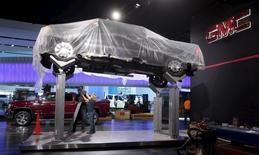Le salon de l'automobile ouvre ses portes lundi à Detroit. Barack Obama, qui s'y rendra le 20 janvier, devrait se féliciter des changements qu'a connus le secteur aux Etats-Unis depuis son sauvetage financier par l'Etat fédéral en 2009. Pour autant, le marché est encore loin de l'essor des transports verts dont il rêvait à l'époque. /Photo prise le 9 janvier 2016/REUTERS/Rebecca Cook