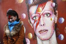 Mulher com maquiagem de Ziggy Stardust visita mural com imagem de David Bowie em Brixton, no sul de Londres. 11/01/2016 REUTERS/Stefan Wermuth