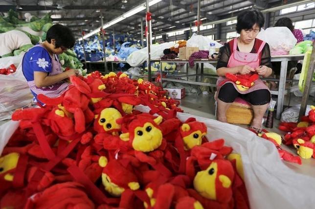 1月6日、英国ビジネスマンのトニー・ブラウン氏は、中国の工場から可愛らしい玩具や遊園地の景品を仕入れる際、人民元で支払おうとしたが、受け取ってもらえないという。写真は昨年9月、中国江蘇省連雲港市で欧米輸出向けのぬいぐるみ工場(2016年 ロイター)