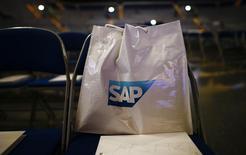 """SAP a publié mardi un bénéfice d'exploitation annuel record, en hausse de 13% à 6,35 milliards d'euros, porté à la fois par les renouvellements de licences de fin d'année et par la migration de la clientèle vers des logiciels d'informatique dématérialisée (""""cloud""""). /Photo prise le 20 mai 2015/REUTERS/Kai Pfaffenbach"""