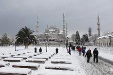 Туристы на площади Султанахмет в Стамбуле 19 февраля 2015 года. На популярной у туристов центральной площади Стамбула Султанахмет во вторник прогремел взрыв, есть пострадавшие, сообщило турецкое агентство Dogan. REUTERS/Osman Orsal