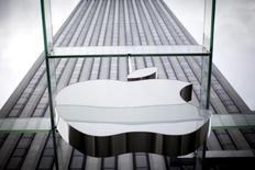Apple, à suivre mardi sur les marchés américains. Bank of America Merrill Lynch a relevé sa recommandation sur la firme à la pomme, de neutre à achat. L'action gagne 1,9% à 100,39 dollars en avant-Bourse, repassant ainsi au-dessus de la barre des 100 dollars. /Photo d'archives/REUTERS/Mike Segar