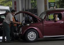 Trabalhador abastece carro em posto de gasolina no Rio de Janeiro. 30 de setembro de 2015. REUTERS/Ricardo Moraes