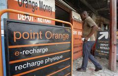 Orange a annoncé mercredi la signature d'un accord avec Bharti Airtel International en vue de l'acquisition des filiales du groupe indien au Burkina Faso et en Sierra Leone, poursuivant son expansion sur le continent africain.. /Photo prise le 17 décembre 2015/REUTERS/Thierry Gouegnon